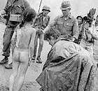 Christopher Wain, reporter Itn, e Kim Phuc sulla strada a nord di Saigon nel 1972