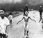 Kima Phu al centro, della foto scattata in Vietnam nel 1972 che valse il Premio Pulityzer a Nick Ut