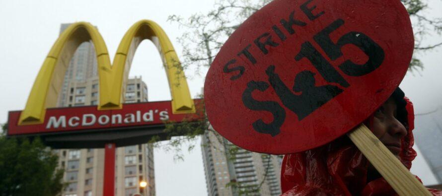 """Fast food. McWorkers di tutto il mondo uniti: """"Salario e contratto"""""""