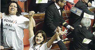 Decreto lavoro, protesta poi la fiducia I senatori del M5S si ammanettano