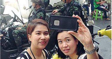 Legge marziale in Thailandia Carri armati nelle strade L'esercito: «Non è un golpe»