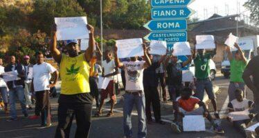 La protesta dei rifugiati respinta a suon di botte