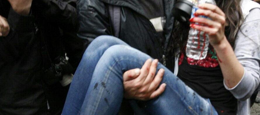 Assedio a Gezi Park manganelli contro i fiori dei ragazzi di Istanbul