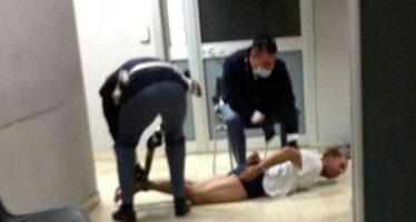 Quell'uomo a terra legato mani e piedi shock per la foto nel commissariato