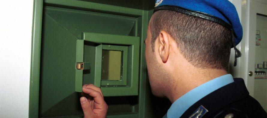 """Insulti al detenuto suicida sospensione per 16 agenti """"Offesa la dignità di tutti"""""""