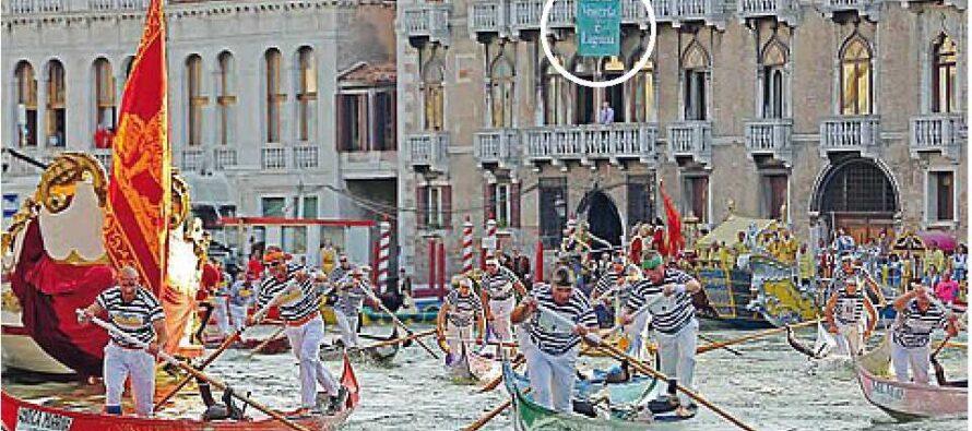 La protesta dei «nobili» a Venezia: drappi sul Canal Grande contro le navi