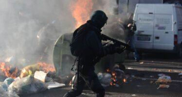 Milano, guerriglia urbana per sgomberare due case occupate in zona Corvetto