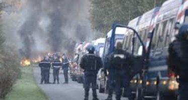 """Sulle barricate con gli """" zadisti """" gli eco-ribelli che sfidano Parigi"""