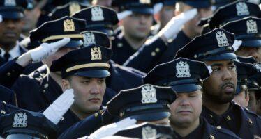 Funerali dell'agente ucciso: poliziotti voltano le spalle aDe Blasio