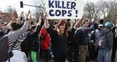 """Anche a New York un caso Ferguson """"graziato"""" l'agente che uccise un nero"""