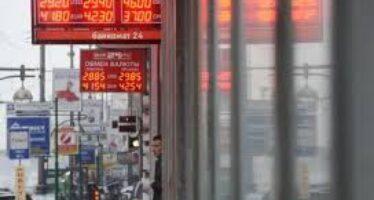 Russia in ginocchio per l'incubo del rublo Borsa di Mosca giù del 19%, file alle banche