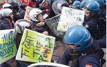 Milano, assedio alla Scala centri sociali in piazza caos e scontri con la polizia