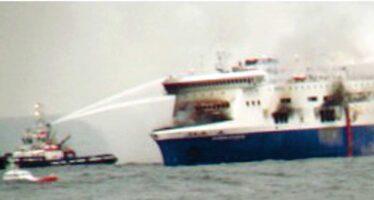 In fiamme il traghetto per Ancona La corsa per salvare i passeggeri
