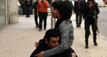 Il sangue di Shaimaa uccisa dalla polizia Al Sisi reprime i cortei sedici morti in Egitto