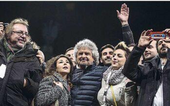 Grillo sceglie la piazza e attacca: «Il premier buffoncello ci ricatta»