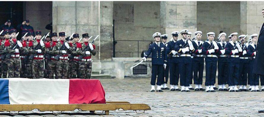 """Valls: """"La Francia è in guerra"""" La Ue: """"Tra noi 5.000 jihadisti impossibile escludere attacchi"""""""