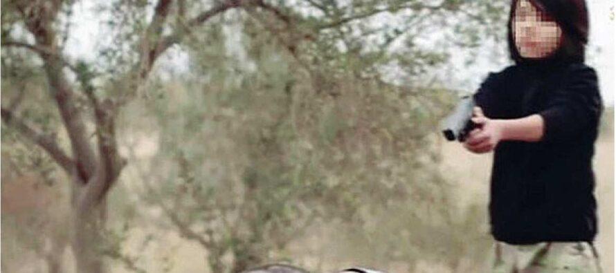 Un colpo alla nuca delle due «spie» L'Isis e il video del boia-bambino