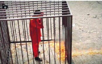 Il supplizio del pilota giordano Dato alle fiamme in una gabbia