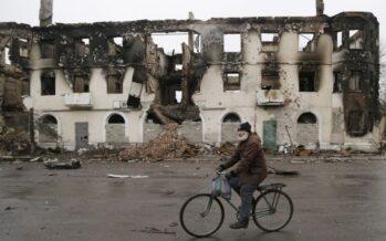 """Nelle case sventrate di Donetsk """"La nostra vita sotto le granate"""""""