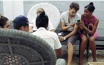Caccia al wi-fi nelle vie dell'Avana Revolución è vivere «connessi»