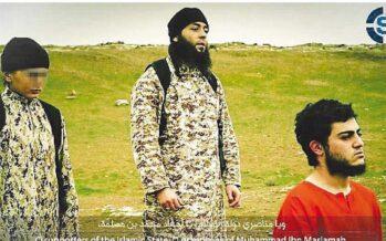 L'ultimo video dell'orrore Il boia bambino dell'Isis giustizia la « spia del Mossad »