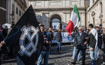 Salvini porta in piazza il popolo fascio-leghista tra vaffa e croci celtiche