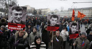 """Sfida sotto al Cremlino: """"Non abbiamo paura"""" Decine di migliaia in piazza per Nemtsov"""