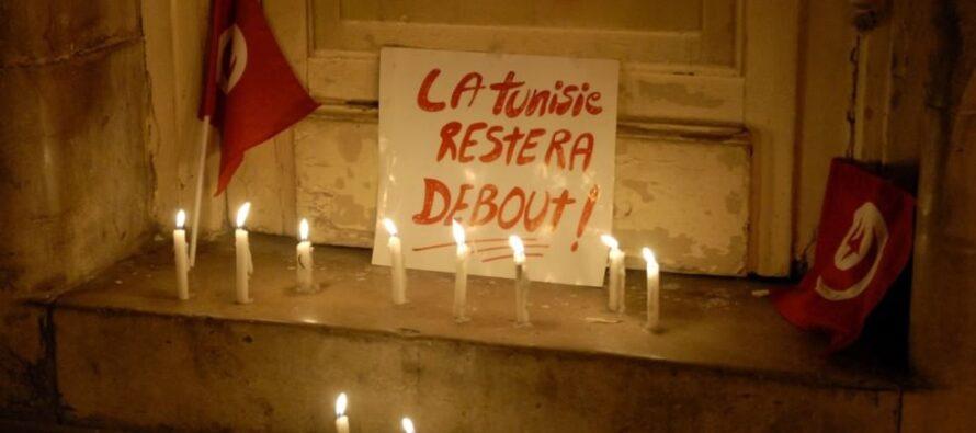 """Tra i tunisini in marcia con la bandiera sulle spalle """"Abbiamo cacciato un raìs non ci piegheranno ora"""""""