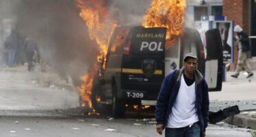 """Baltimora, la rivolta dei neri contro la polizia violenta """"Hanno ucciso uno di noi ora scateniamo l'inferno"""""""
