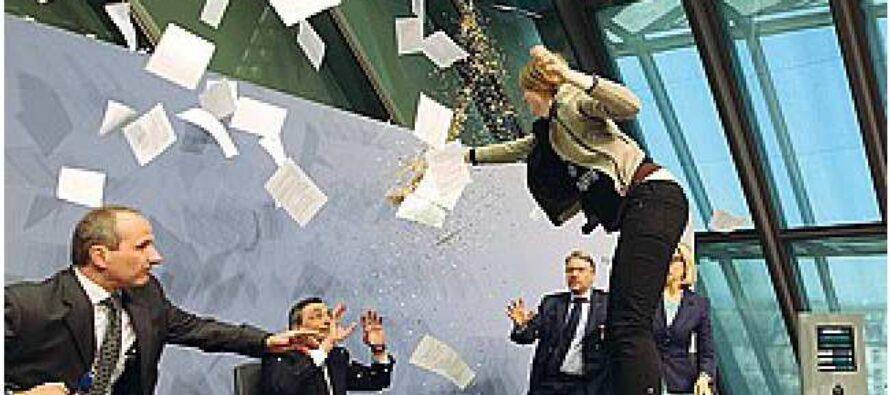 Draghi: il Qe funziona, andrà avanti Blitz della ex Femen, coriandoli e urla