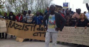 Matteo Salvini respinto dai migranti dell'Hotel House di Porto Recanati