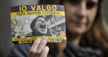 Palermo, studenti in corteo bruciano le prove Invalsi