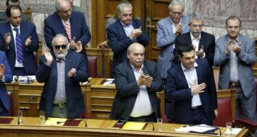 """Shock in Grecia,chiuse banche e Borsa. Tsipras: """"Vogliono soffocarci"""""""