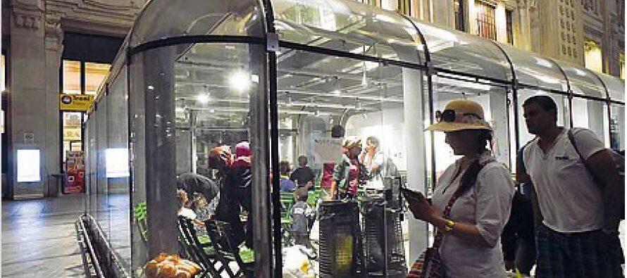 Sgombero in stazione poi dieci ore di trattative per spostare i profughi in una gabbia di vetro