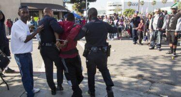 Raccolse un manganello della polizia, rischia l'ergastolo una homeless diL.A.