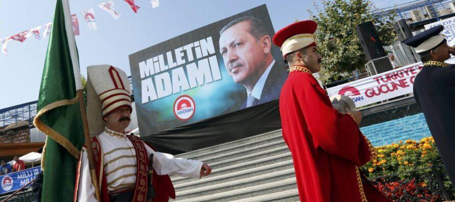 Erdogan festeggia il trionfo così la Turchia islamica ha sconfitto laici e curdi Affluenza record e scontri