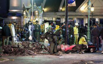 """Terrore a Bangkok bomba fa strage 19 morti nel tempio """"Attacco ai turisti"""""""