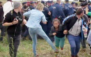 Sgambetta i migranti,licenziata la reporter