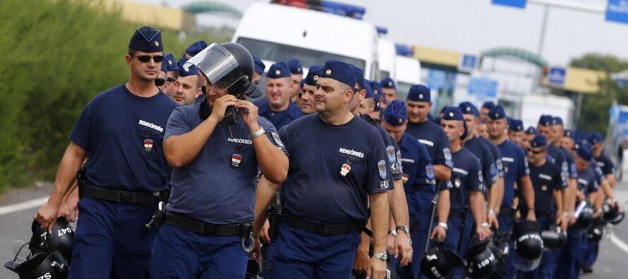 Ungheria, manganelli e lacrimogeni contro i migranti. L'Ue: inaccettabile