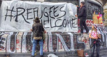 In marcia assieme ai migranti che valicano le Alpi aiutati da preti e associazioni