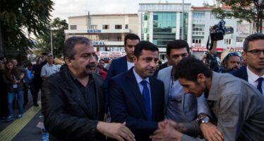 """La rabbia infiamma le strade di Diyarbakir """"Ma resistiamo in Parlamento"""""""