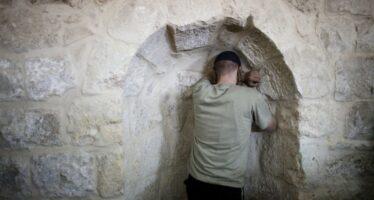 Guerriglia palestinese in fiamme a Nablus la Tomba di Giuseppe Scontri a Gaza, 4 morti