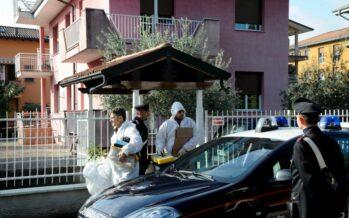 Pensionato uccide il ladro in casa La destra: eroe. Lui saluta dal balcone