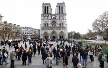 Parigi. Poliziotto aggredito a Notre Dame, ferito l'aggressore jihadista