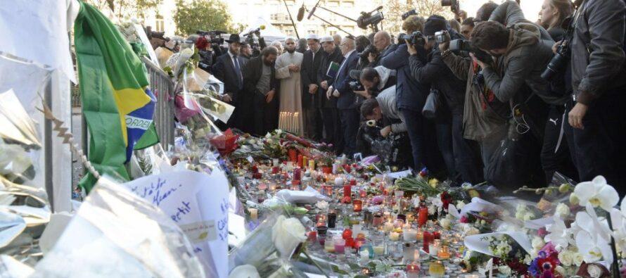 """"""" Libri non bombe"""", quel cartello che ora illumina Parigi"""