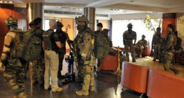 """""""Allah Akbar"""", poi la strage Attacco a un hotel in Mali caccia agli infedeli: 27 morti il blitz dopo ore d'assedio"""
