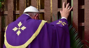 "Il Papa apre la Porta Santa a Bangui ""Deponete le armi, vinca l'amore"""