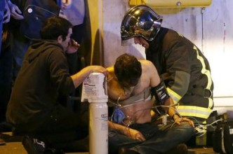 Las fuerzas de seguridad atienden a uno de los heridos en los ataques de París