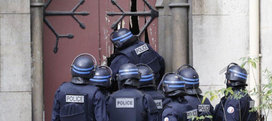 """Blitz in Francia e in Belgio caccia agli stragisti in fuga Valls: """"Possono colpire usando armi chimiche"""""""
