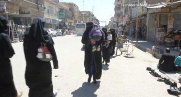 """""""Sotto attacco ma più libere"""" le donne di Raqqa sfidano il Califfo"""
